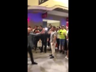 Драка Фанатов Хабиба и Конора в ТЦ