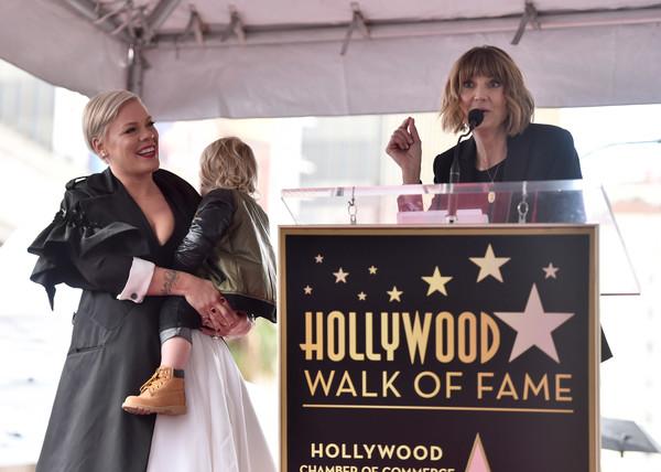 Пинк получила звезду на голливудской аллее славы Гостями мероприятия стали телеведущая Эллен ДеДженерес и актриса Керри