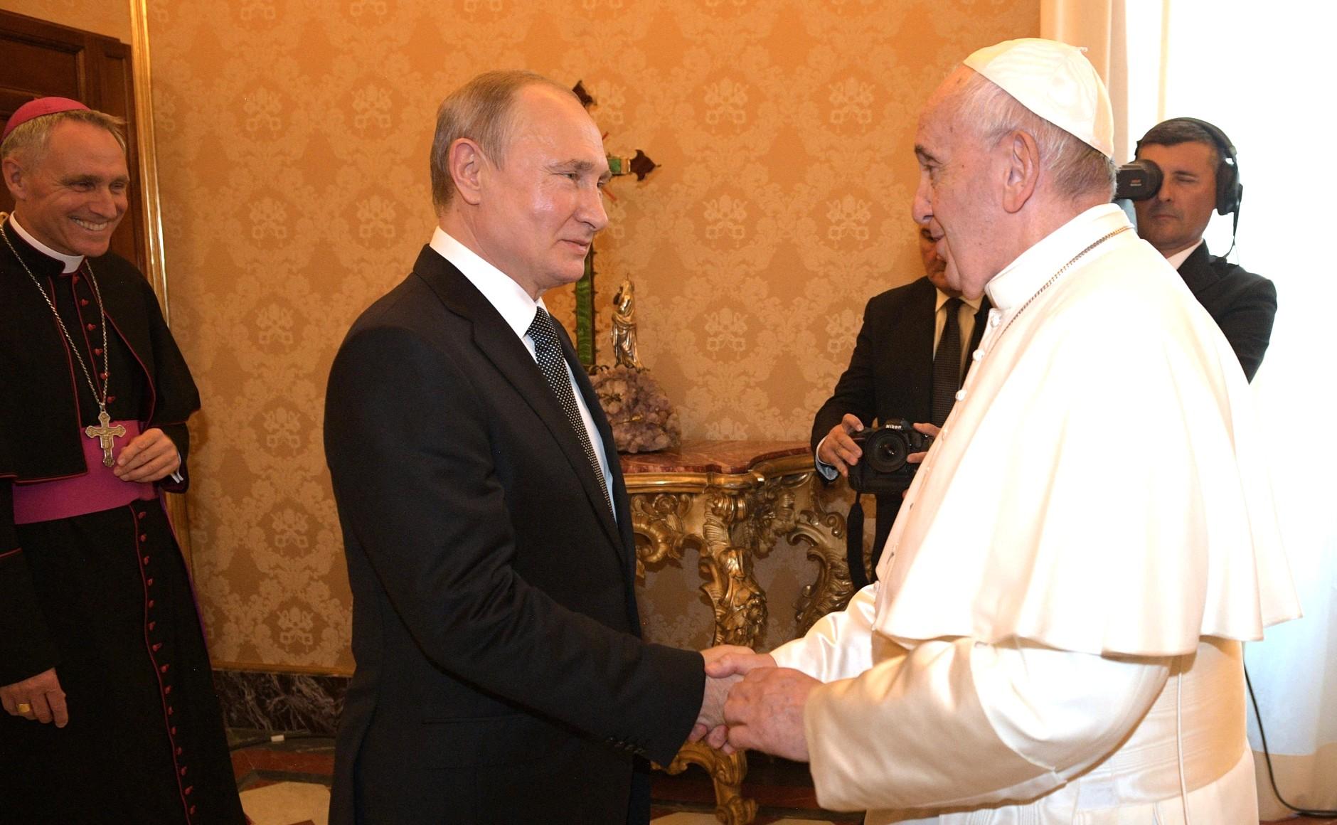 Папа римский Франциск наградил Владимира Путина медалью «Ангел-Хранитель мира»