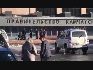 Полицейские задержали у здания правительства в Петропавловске-Камчатском пенсионера, который пытался зайти туда с обрезом.