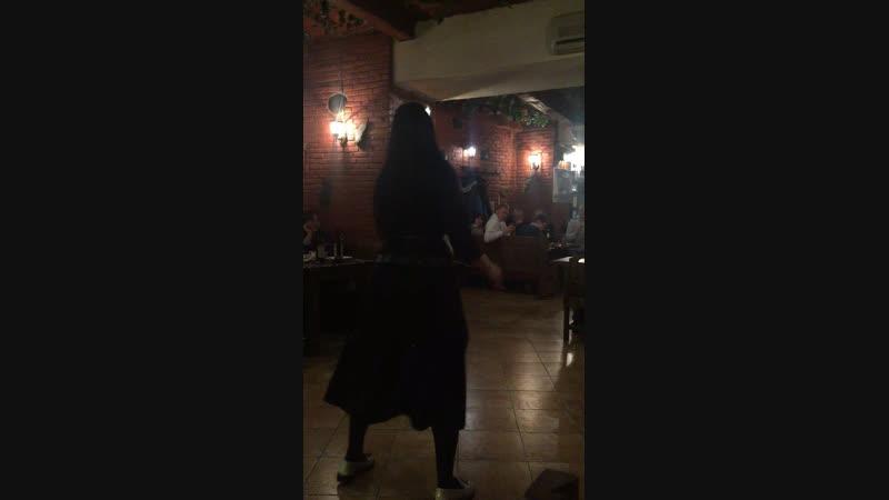 Национальные танцы в ресторане