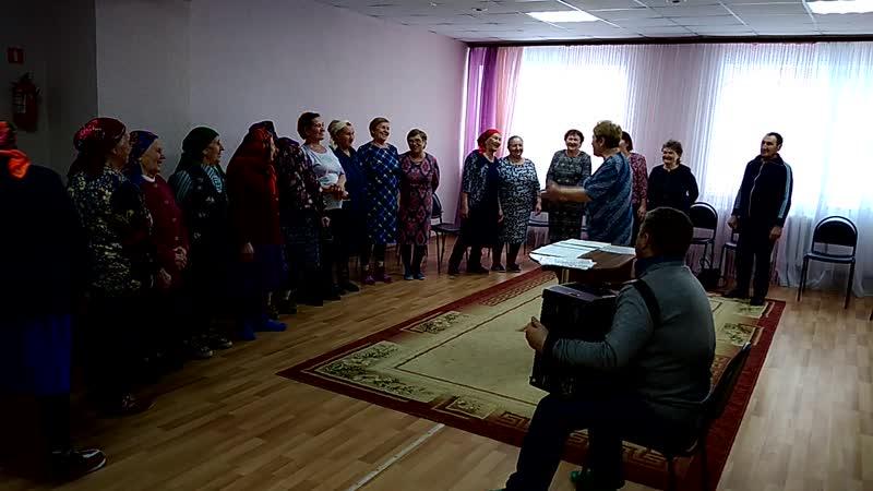 КЦСОН: музыкальное занятие с ветеранами СПК Киясовский проводит Любовь Митрянова, аккомпанирует Владимир Тарасов.