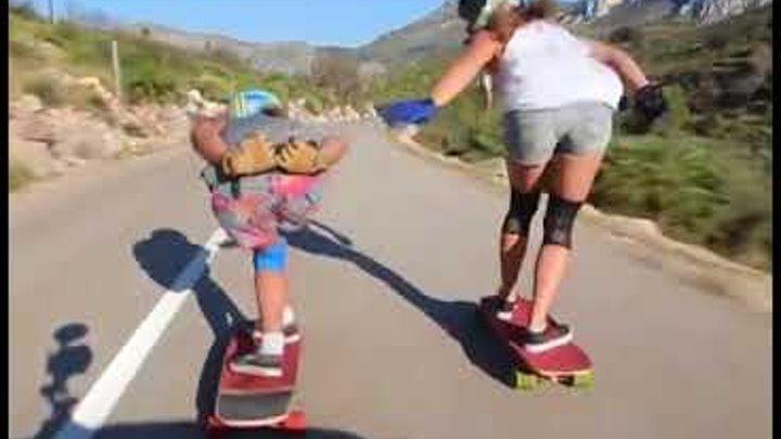В Аликанте две девушки едут по дороге на скейтбордах и результат завораживает