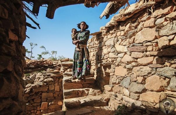 ЭФИОПСКАЯ ЦЕРКОВЬ. Ч.-3 1. Юный житель Тыграя 2. Брат и сестра где-то в сельской глубинке Эфиопии 3. Дети по дороге в церковь 4. Игры на природе 5. Люди в деревнях продолжают жить так же, как и