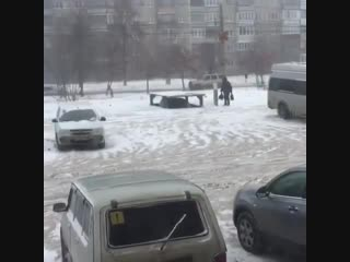 В Челябинске мужик построил лифт, в котором прячет свою тачку под землю.