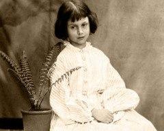 2 августа 1865 г. в британском издательстве «Макмиллан» вышло первое издание книги Льюиса Кэрролла «Приключения Алисы в Стране Чудес» Однажды на лодочной прогулке 10-летняя Алиса Лидделл