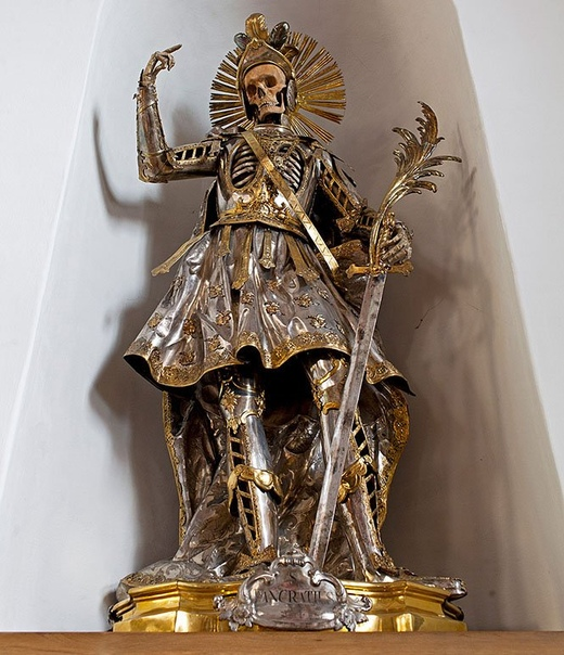 «Катакомбные святые» останки первых римских христиан, извлечённые из катакомб, украшенные драгоценностями и переданные церквям в качестве реликвий Доподлинно неизвестно, кому именно принадлежат