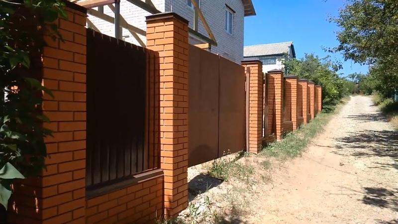 забор из облицовочного кирпича зеленый гай