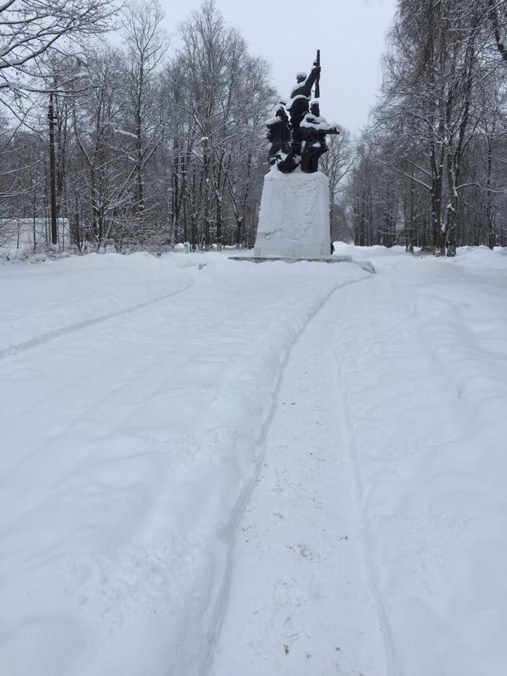 Осташков засыпан снегом, а двор Титова вылизан почти до асфальта
