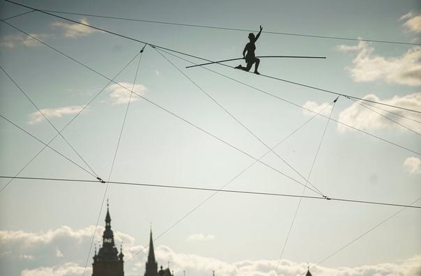 Французская канатоходка Татьяна-Мосио Бонгонга пересекает реку Влтава, Прага, Чехия