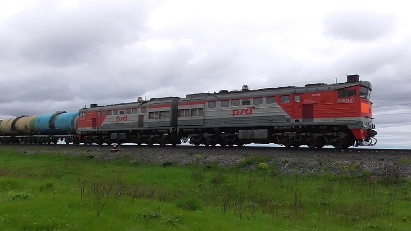Магистральный тепловоз 2ТЭ10У-0430 с грузовым поездом