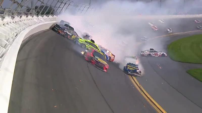 Столкновение двадцати болидов на гонке NASCAR