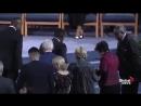 Clinton lutte pour monter des marches aux funérailles d'Aretha Franklin