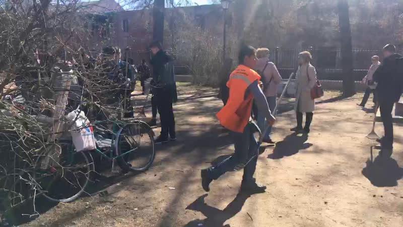 Волонтёры чистоты в Екатерининском сквере