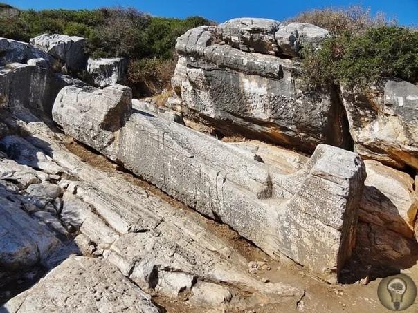 Загадка гигантской статуи Куроса Аполлонского. Это замечательная работа древних, которая по некоторым причинам не была закончена.Гигантская статуя Куроса веками лежала на спине, и неизвестно,