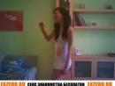 Молодая крутит вертит попкой дома Молоденькая фигуристая телочка соблазнительный танец Видео не порно частное домашнее