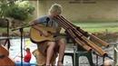 Уличные музыканты Парень круто играет