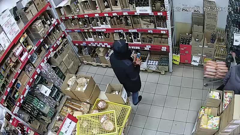 Житель Черногорска на глазах у всех похитил ящик виски