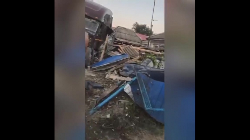 В Краснодарском крае дальнобойщик, находясь в состоянии алкогольного опьянения снес дом, который стоял у дороги