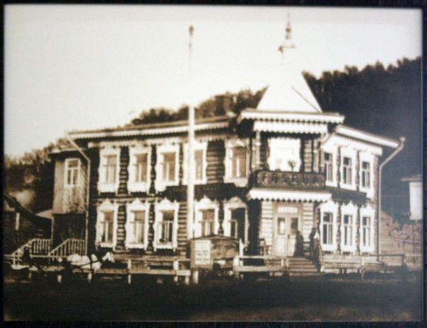 Первая горная аптека (фотки нет, если чо) была построена только в 1752 году на Петропавловской (сейчас Ползунова) улице, там же разбит аптекарский огород. Эта аптека разрушилась из-за наводнения 3 мая 1793 года.  В 1793—1794 годах по проекту первого профессиоального архитектора Алтая — А. И. Молчанова на месте разрушенной постройки было возведено новое здание аптеки. Одноэтажное кирпичное здание делилось на две части — жилую и аптечкую. В жилой части располагалась квартира провизора: зал, спальня, передняя, горница, кухня, погреб, в аптечной — торговый зал, склад лаборатория и комната для аптекарских учеников.