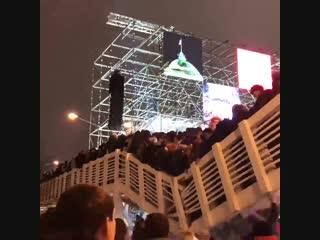 В москве  рухнул  пешеходный мост с толпой людей.