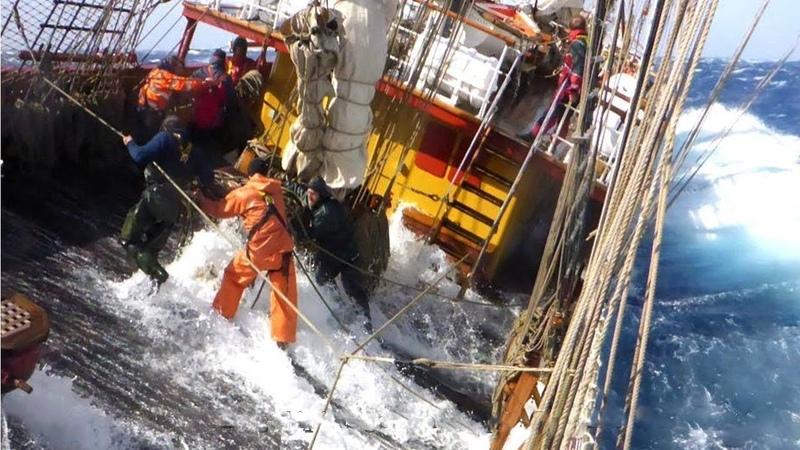 Veja como é a vida de Pescador em Alto Mar - Navios enfrentando Tempestade em Alto Mar