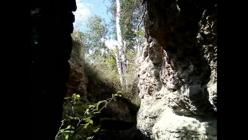 в расщелине горы