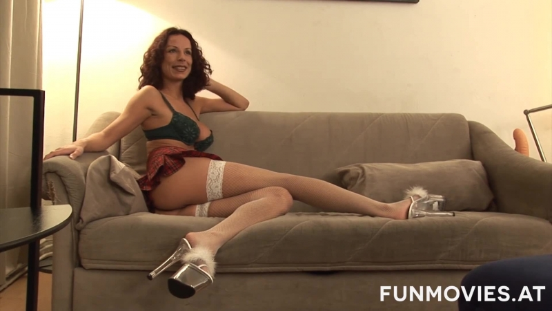Мамочка ласкает киску на диване porn milf