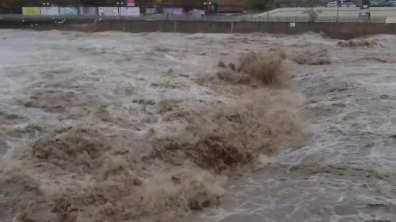 Как поднимается уровень воды в реке Сочи во время обильных дождей и ливней ! Затопит ли МОРЕМОЛЛ