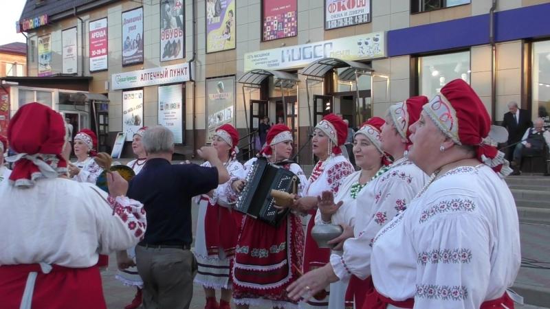 Веселые девчата дали зажигательный концерт в Клинцах. Живой фрагмент видео.