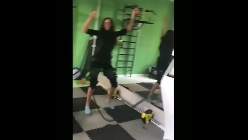 Наши тренеры даже танцуют продуктивно для фигуры😄💃 ⠀ И, конечно, в перерывах между гостями студии они тоже тренируются на ЭМС-тр