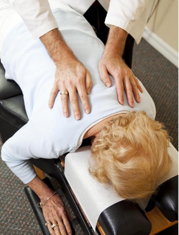 Люди с болями в спине могут воспользоваться визитом к врачу или хиропрактику.