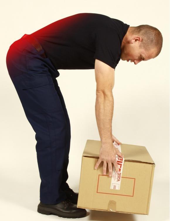 Неправильное поднятие тяжелых предметов может вызвать боль в пояснице.