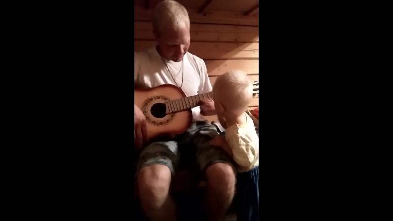 Нашли расстроенную гитару... Ярушка сразу понял что к чему