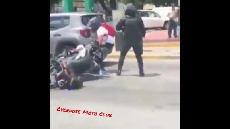 Мотоциклист против мента 👊