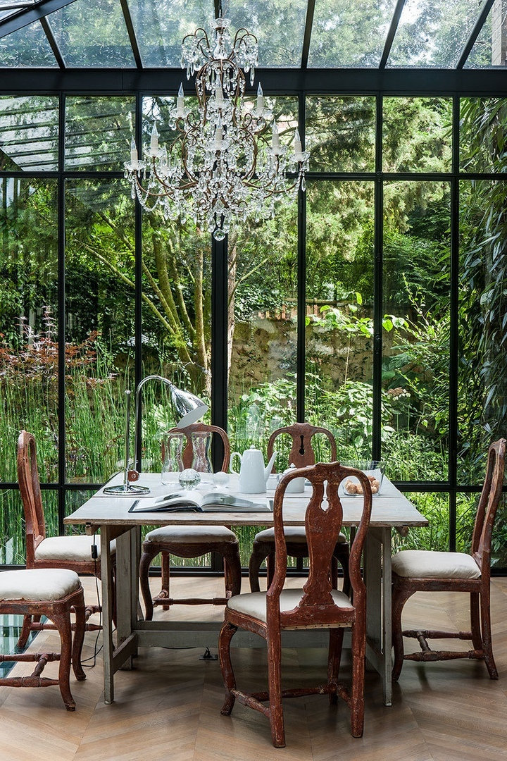 Винтажный интерьер дома со стеклянной верандой в Париже