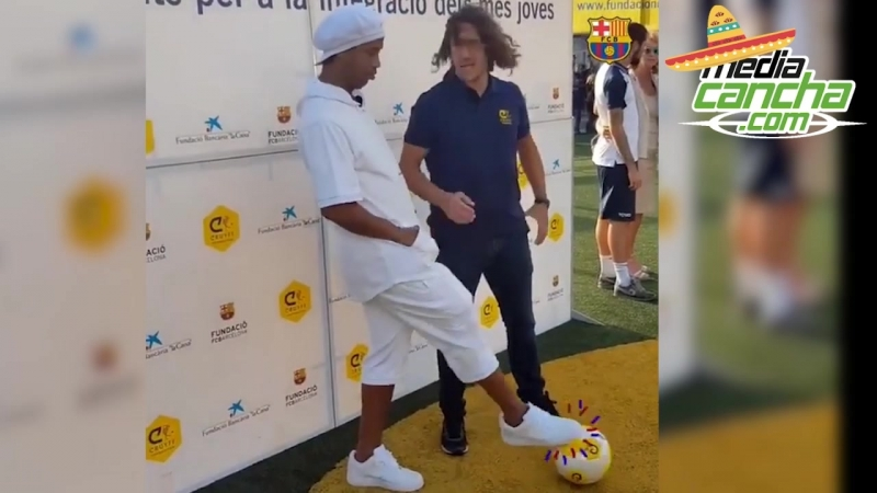 Ronaldinho hace túnel a Puyol