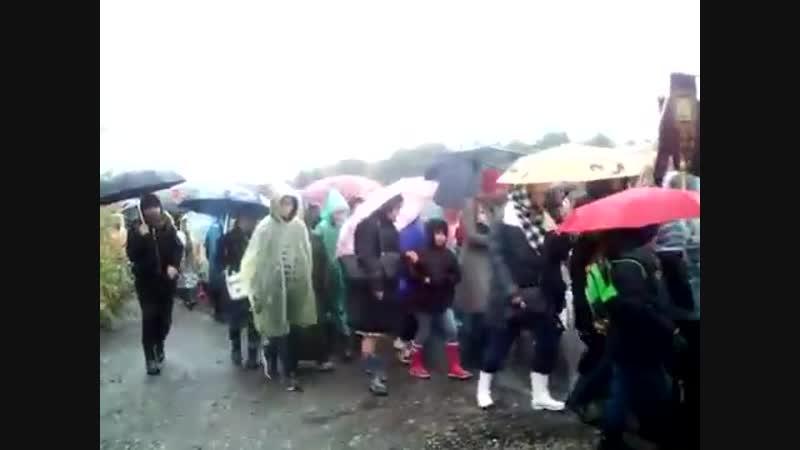 В дождевиках и с зонтиками: в Екатеринбурге школьники шли 8 км крестным ходом под дождём