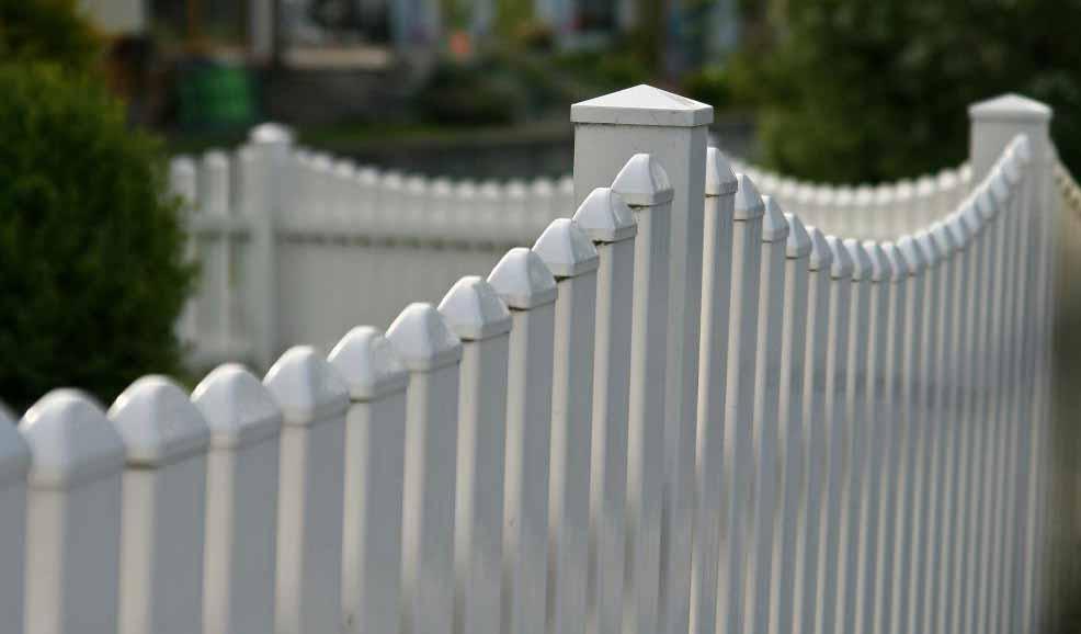 Домовладелец должен быть свободен от линий собственности перед установкой ограждения.