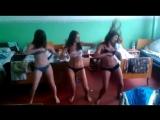 Красивые школьницы в лагере танцуют в трусиках и лифчике на камеру показывают попы