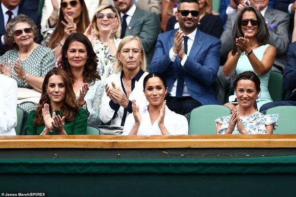 Королевское трио: Меган Маркл и сестры Миддлтон на финале Уимблдона Год назад Меган Маркл и Кейт Миддлтон впервые появились на трибунах Уимблдона без сопровождения мужей. В этот раз к ним