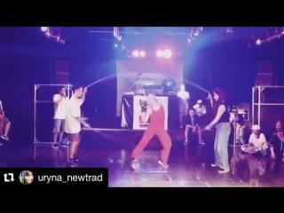 Такое впечатление, что она танцует без вращающихся скакалок! Круть!!!