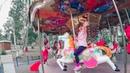 Катаемся на аттракционе Лошадки в развлекательном парке