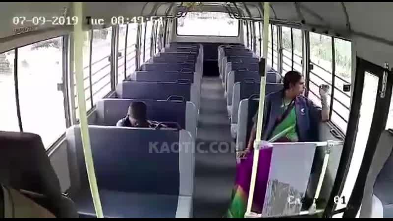 В автобус врезался грузовик