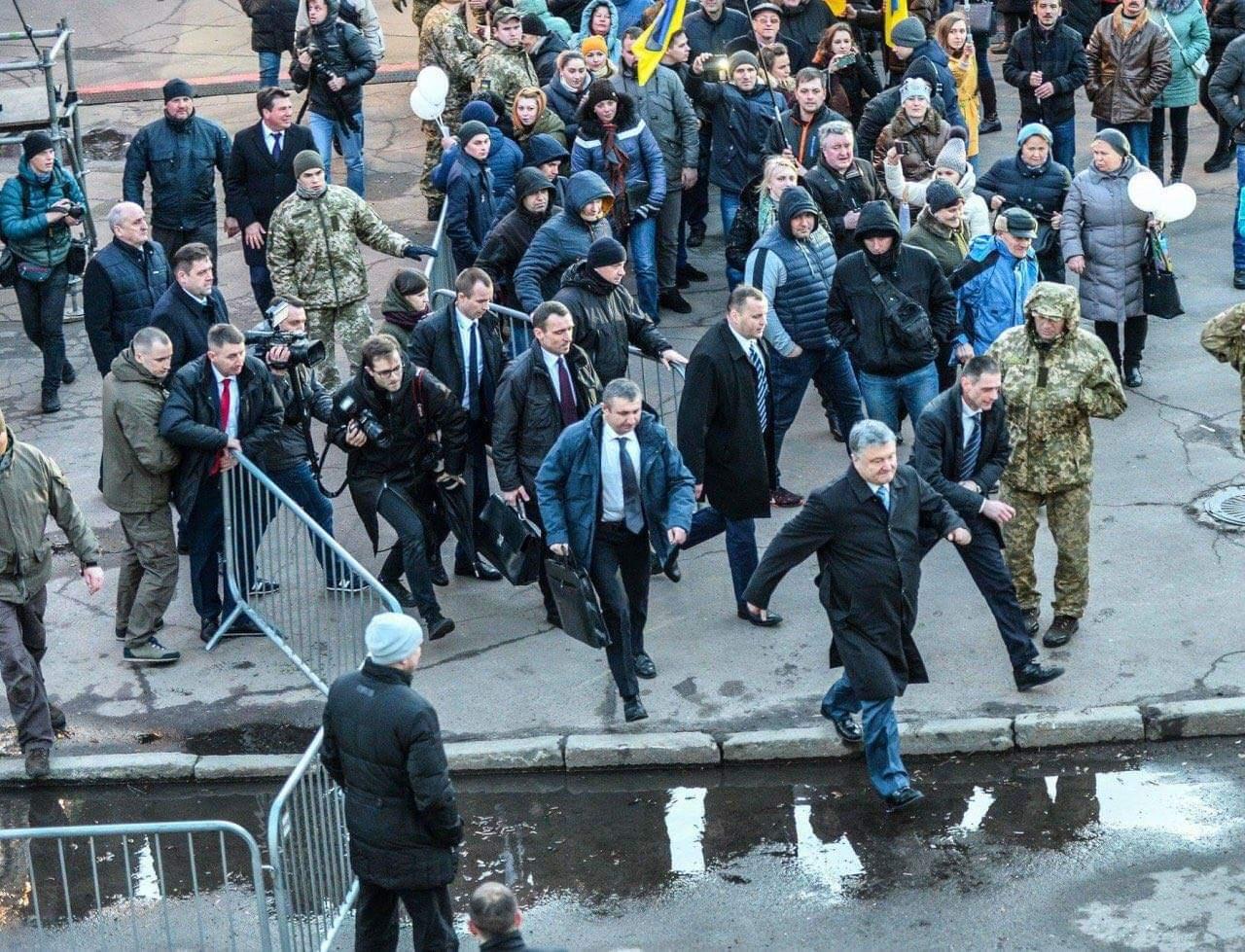 Кровавого недопрезидента Украины Порошенко начали гонять его же нацисты