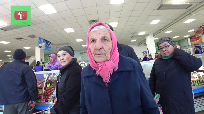Казах покупает старикам продукты Астана Поддержи своих стариков Россия и Казахстан Атамекен