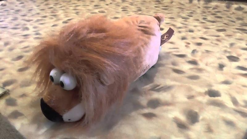Хохочущий лев это мягкая игрушка, которая хохочет и катается по полу