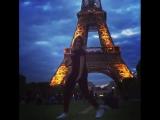 На фоне эйфелевой башни