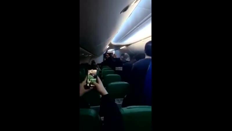 L'arrestation de l'homme qui voulait tenter d'entrer dans le cockpit pour prier et qui a agressé physiquement un chef de bord