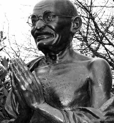 Мохандас Ганди носил круглые очки.